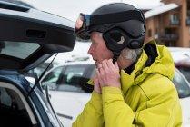 Крупный план пожилого человека в лыжном шлеме — стоковое фото