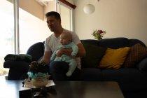 Отец и мальчик смотрят телевизор в гостиной дома — стоковое фото