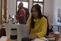 Ejecutiva femenina trabajando en escritorio en la oficina - foto de stock