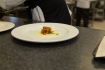 Крупный план еды с соусом на тарелке — стоковое фото