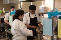 Zwei Köchinnen bereiten Essen in Küche im Restaurant zu — Stockfoto
