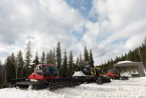 Chariot de chasse-neige moderne en saison enneigée — Photo de stock