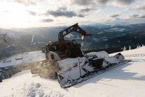 Snowplow caminhão limpeza neve durante o inverno — Fotografia de Stock