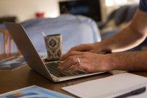 Nahaufnahme eines Mannes mit Laptop zu Hause — Stockfoto