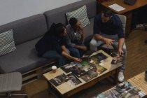 Colleghi di lavoro che discutono su una foto sulla scrivania in ufficio — Foto stock