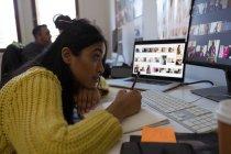 Красивые женщины Исполнительный, работающих на дневник в офисе — стоковое фото