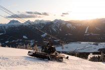 Mann benutzt Schneepflug-LKW zum Schneeräumen im Winter — Stockfoto