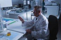 Homme scientifique utilisant une nouvelle technologie invisible au bureau en laboratoire — Photo de stock