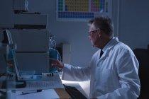 Вид збоку чоловічого вченого, що працюють в лабораторії — стокове фото