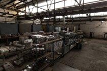 Свинцовые пластины в стойке в мастерской — стоковое фото