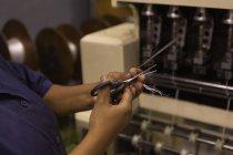 Section médiane de fibre coupe travailleur en corde faisant l'industrie — Photo de stock
