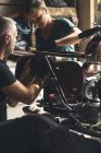 Закри механік ремонту мотоцикл в гаражі — стокове фото