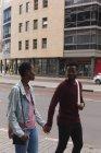 Pareja romántica de la mano en la calle de la ciudad - foto de stock