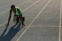 Disabled athlete getting ready for the race on a running track — Stock Photo