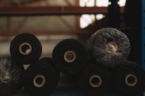 Закри мотузку рол розташовані в стійці в мотузку, роблячи промисловості — стокове фото