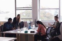 Quattro genti di affari che lavora nell'ufficio — Foto stock
