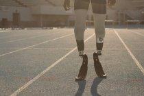 Partie basse de l'athlète handicapé debout sur une piste de course — Photo de stock