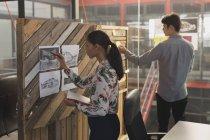 Чоловічі і жіночі керівників, які працюють разом в офісі — стокове фото
