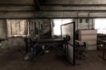 Machine à polir les métaux dans un atelier vide — Photo de stock