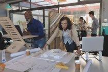 Команда керівників, які працюють в офісі — стокове фото