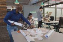 Керівники обговорювати над модель будинок в офісі — стокове фото