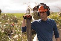 Taglialegna in piedi con tronco di legno nella foresta — Foto stock