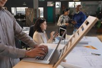 Ejecutivos trabajando en el escritorio en la oficina - foto de stock