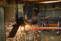 Operaio attento che utilizza la macchina nell'industria della produzione di funi — Foto stock