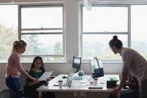 Чотири ділових людей, що працюють в офісі — стокове фото