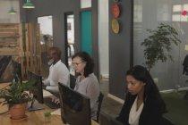 Führungskräfte arbeiten mit Headset am Schreibtisch im Büro — Stockfoto