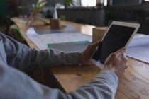 Sección media de gente de negocios que usa tabletas digitales invisibles en reuniones - foto de stock