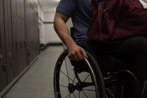 Partie médiane de l'homme handicapé avec son sac dans les vestiaires — Photo de stock