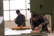 Внимательные ремесленники, работающие в производственном цехе — стоковое фото