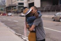 Casal romântico abraçando na rua na cidade — Fotografia de Stock