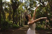 Городской артист балета танцует в парке на солнце . — стоковое фото