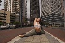 Прекрасний міських танцюрист практикуючих танцю в місті. — стокове фото