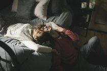 Счастливая пара отдыхает в спальне дома — стоковое фото