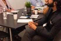 Exekutive im Konferenzraum im Büro sitzen — Stockfoto