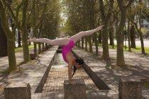 Seitenansicht einer urbanen Tänzerin, die in der Stadt tanzt. — Stockfoto