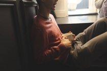 Pareja interactuando entre sí mientras toman café en casa - foto de stock