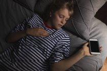 Mujer durmiendo en la cama en el dormitorio en casa — Stock Photo