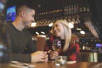 Glückliches Paar bei Drinks im Restaurant — Stockfoto
