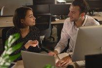 Руководители, взаимодействующие друг с другом за столом в офисе — стоковое фото
