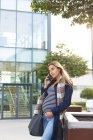 Mulher grávida bonita falando no telefone celular na cidade — Fotografia de Stock