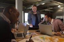 Führungskräfte diskutieren Dokument im Konferenzraum im Büro — Stockfoto
