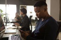 Исполнительный директор с помощью цифрового планшета на столе в офисе — стоковое фото