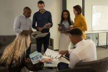 Уважний керівники робочих в офісі — стокове фото