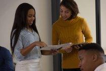 Жіночий керівників, обговорюючи над документами office — стокове фото