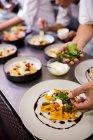 Close-up di chef cibo sulle piastre per guarnire — Foto stock