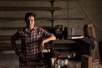 Портрет жіноче metalsmith стоячи заводі — стокове фото